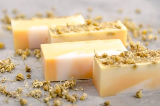 Ako vyrobiť bylinkové mydlo s medom a harmančekom návod