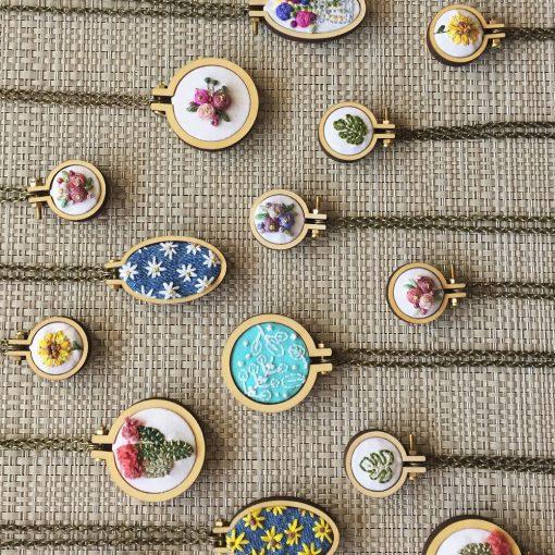 Drevený rám na vyšívané šperky