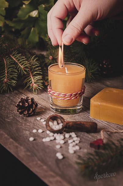 Návod ako vyrobiť medovú sviečku z včelieho vosku